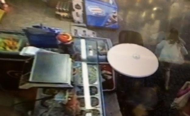 """צפו: נהגת """"דהרה"""" לתוך בית קפה בנתניה"""