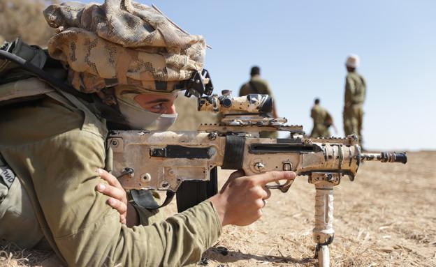 """לוחם רימון בצוק איתן (צילום: תם ביקלס, עיתון """"במחנה"""")"""