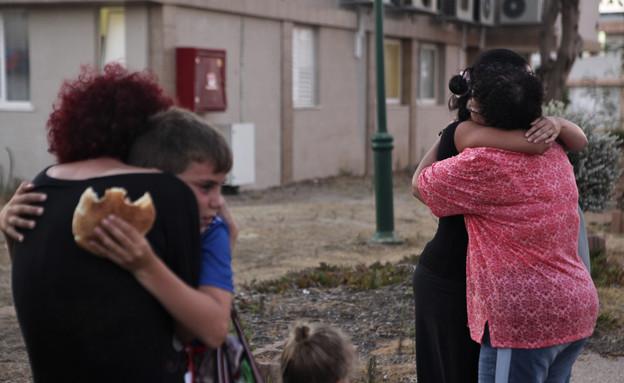 תושבי קיבוץ נחל עוז חוזרים לבתיהם (צילום: reuters)