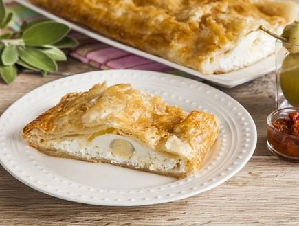 מאפה בצק עלים עם גבינות וביצים קשות (צילום: אסף אמברם, אוכל טוב)