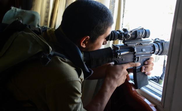 """חייל צנחנים במבצע צוק איתן (צילום: דובר צה""""ל)"""