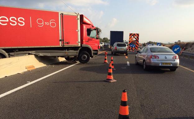 המשאית שגרמה לפקקים (צילום: דוברות אגף התנועה)