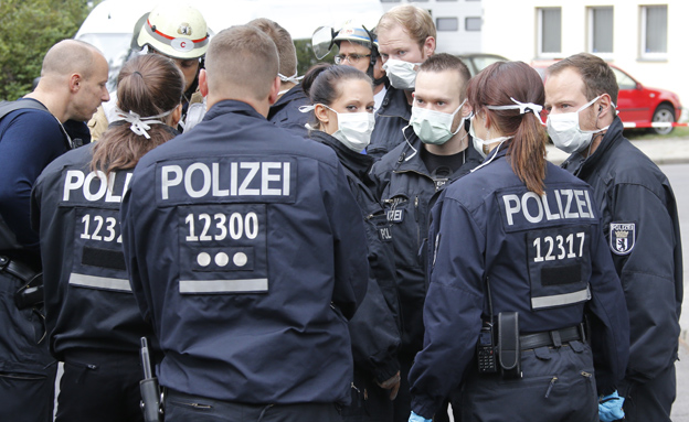 כוחות הביטחון מחוץ לבניין בברלין (צילום: רויטרס)