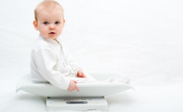 תינוק על משקל (צילום: Nikolay Suslov, Istock)