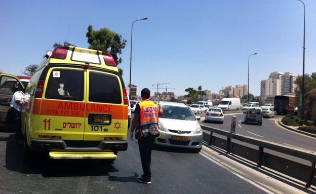 """זירת התאונה בכביש 1, היום (צילום: אורי דיוויס, סוכנות הידיעות """"חדשות 24"""")"""