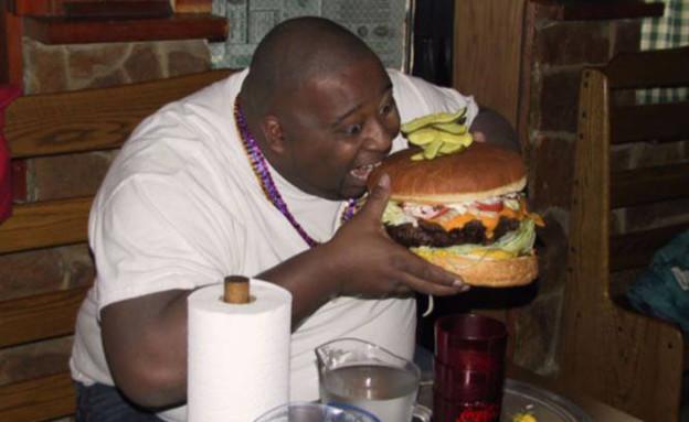 איש שמן אוכל המבורגר (צילום: John Storz)
