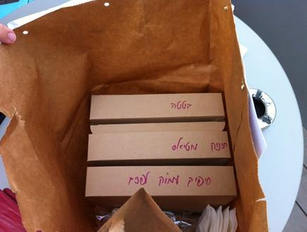שקית משלוח מהמזנון (צילום: ריטה גולדשטיין)