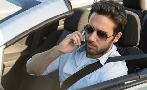 גבר במכונית פתוחה (צילום: DaniloAndjus, Thinkstock)