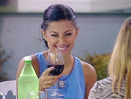 לינור וכוס היין