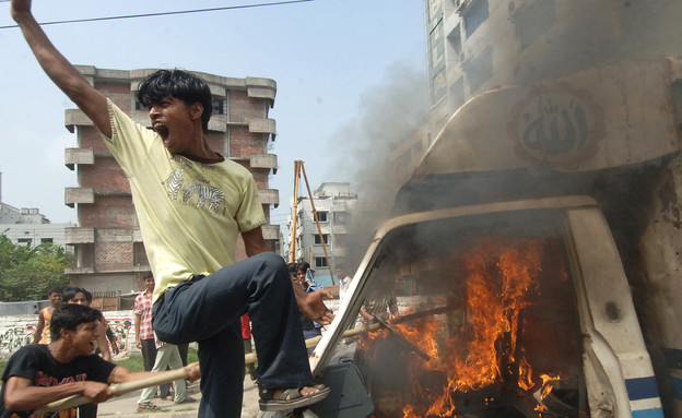 הפגנת עובדי טקסטיל בבנגלדש (צילום: ap)