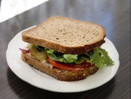 סנדוויץ' ביצה וטחינה, דייבוצ'קה (צילום: נמרוד סונדרס, אוכל טוב)