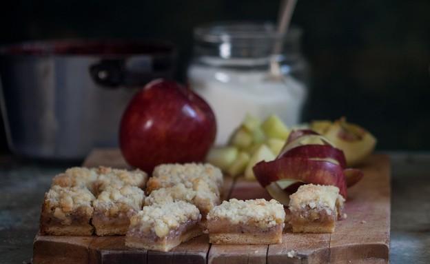 חיתוכיות אגוזים, תפוחי עץ ושטרויזל, מיקי שמו (צילום: דניאל לילה, אוצר העוגיות של מיקי שמו, על השולחן)