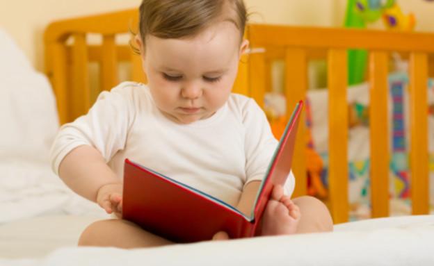 תינוק מחזיק ספר 2 (צילום: firemanYU, Istock)