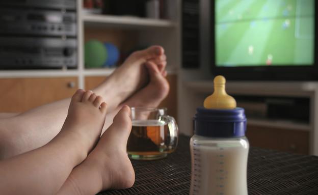 צופים בטלוויזיה (צילום: vesilvio, GettyImages IL)