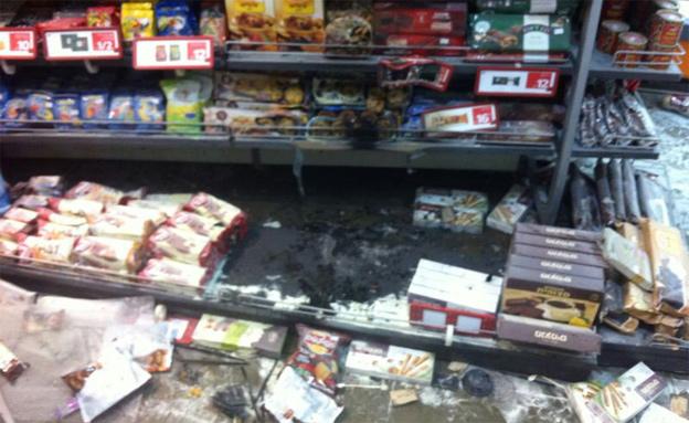 החנות שהוצתה (צילום: חטיבת דוברות המשטרה)