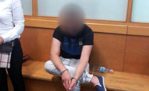 אחד החשודים במעצרו (צילום: איתי עמיקם)