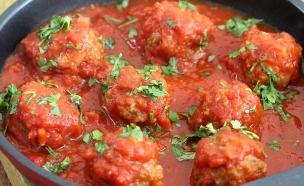 """קציצות ברוטב עגבניות (צילום: עידית נרקיס כ""""ץ, אוכל טוב)"""