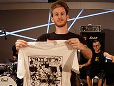 חולצה של הלהקה של אלישע בנאי (צילום: נופר יורן)