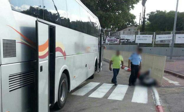 """נפגע מאוטובוס. כפר מנחם הבוקר (צילום: מד""""א)"""