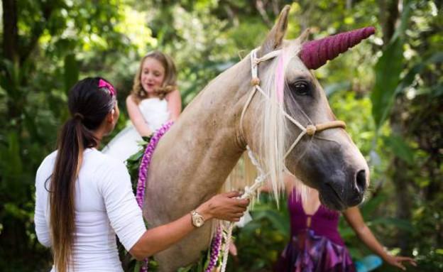 ילדה פוגשת חד-קרן (צילום: קווין לובאיה)