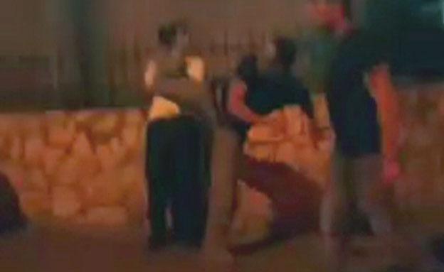 שוטר בועט באזרח (צילום: חדשות 2)