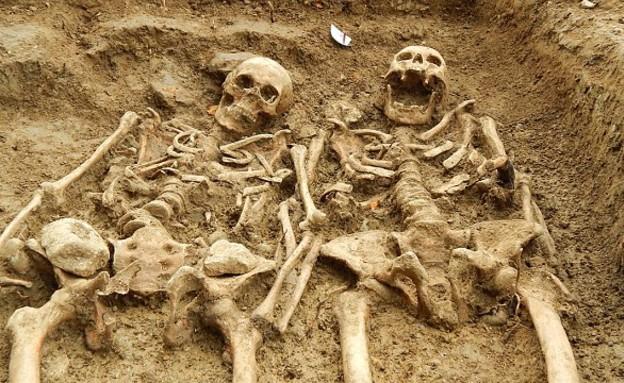 מחזיקים ידיים בקבר (צילום: ULAS)