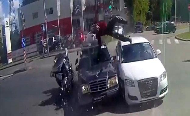 צפו: איך שרד אופנוען התנגשות חזיתית? (צילום: יוטיוב)