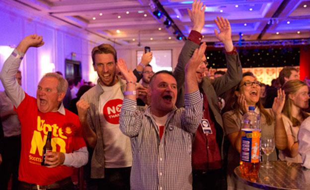 מתנגדי העצמאות לסקוטלנד חוגגים את הניצחון במשאל הע (צילום: חדשות 2)