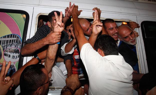 שחרור אסירים פלסטינים (צילום: AP)