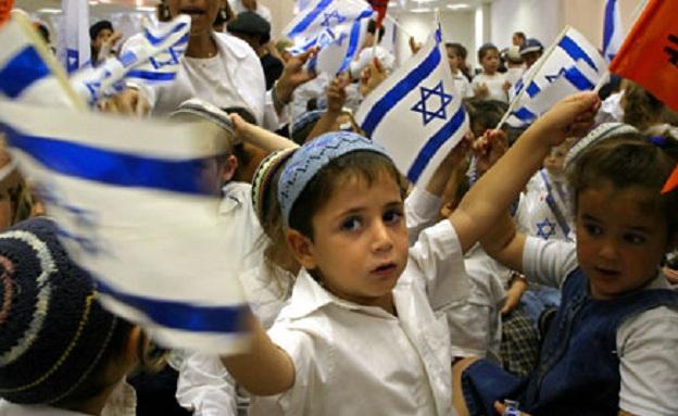 ילדים עם דגלי ישראל (צילום: רויטרס)