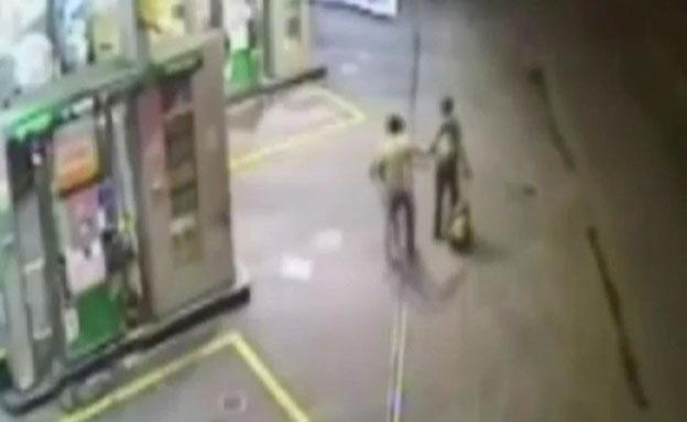 צפו: שודד מציל עובר אורח רגע לפני הפיצוץ