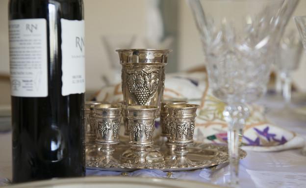 הקידוש שלנו, נעמי רגן, כוסות יין (צילום: נמרוד סונדרס)