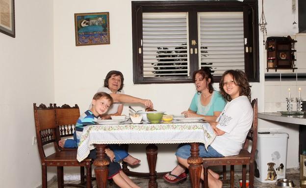 הקידוש שלנו, קורין אלאל, יושבים לאכול (צילום: אבישי פינקלשטיין)
