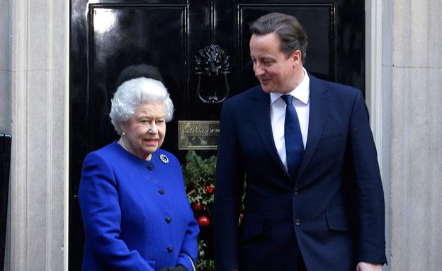 התנצלות מלכותית. קמרון ואליזבת' (צילום: AP)
