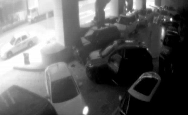 תיעוד מצלמת האבטהח של שוד הרכב (צילום: חדשות 2)