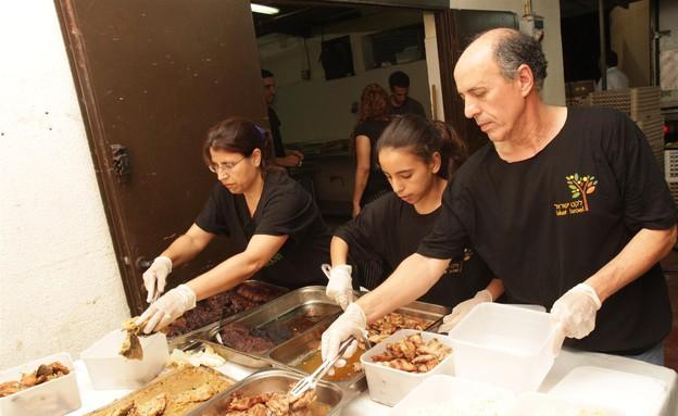 איסוף מזון מבושל לנזקקים  (צילום: באדיבות מאגר לקט ישראל)