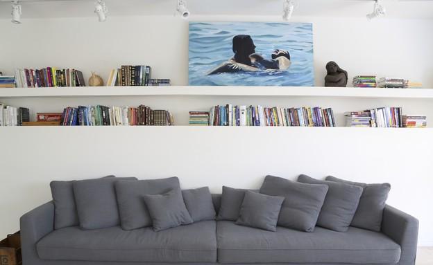ליאת אלנבוגן, ספה ומדפים (צילום: ליאור דנציג)