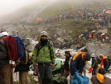 מסע טיהור - יורם פורת בחברת עולי הרגל ההודים (צילום: יורם פורת)