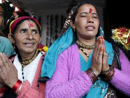 מסע טיהור - מאמינה בעת תפילה לננדה דווי (צילום: יורם פורת)