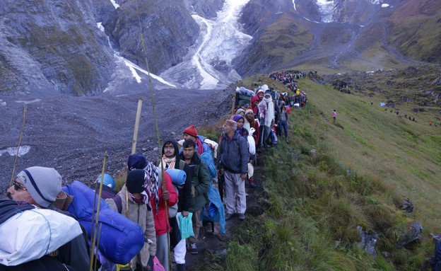 מסע טיהור - מאמינים צועדים על רקע הר טרישול (צילום: יורם פורת)