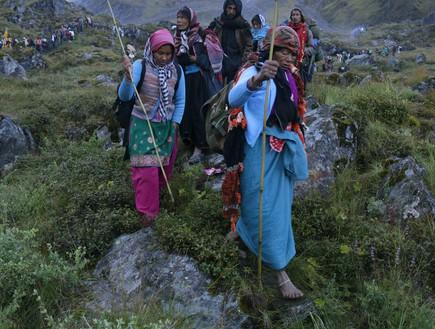 מסע טיהור - נשים מבוגרות צועדות יחפות על הסלעים החדים בקור העז (צילום: יורם פורת)