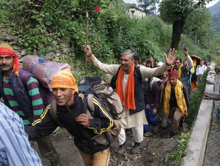 מסע טיהור - עולי רגל מעודדים את עצמם בהליכה בצעקת ג'יי מטאקי  (צילום: יורם פורת)