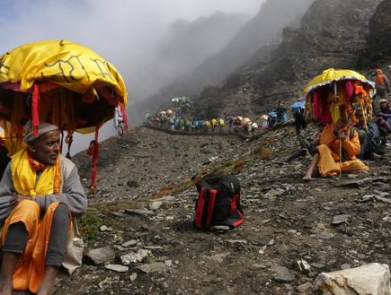 מסע טיהור - צועדים יחפים במנוחה מההליכה המאומצת בגובה 4800 מטרים (צילום: יורם פורת)