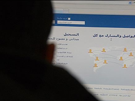במערכת יחסים... עם פייסבוק (צילום: חדשות 2)