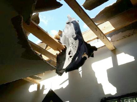 """נזקים בת""""א מרסיסי רקטה (צילום: רשף משנה ליאור שרעבי, כבאות תל אביב)"""