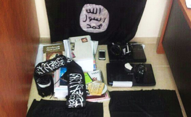 החפצים שנמצאו בבית המורה (צילום: משטרת מחוז חוף)
