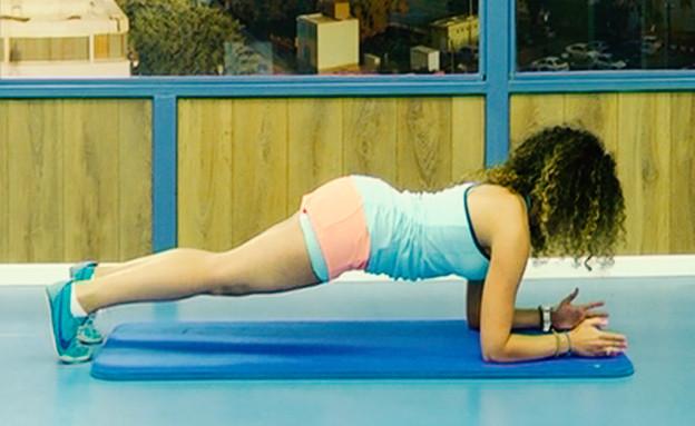 עדי כהנן מדגימה Plank Position (צילום: רועי חבאני)