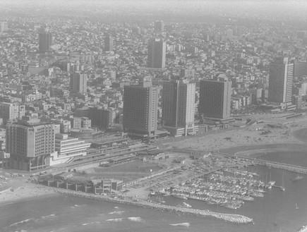 מבט מאוויר על המלונות והמרינה לאורך רחוב הירקון