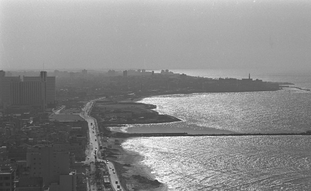 קו חוף תל אביב יפו ממלון שרתון 21.01.1980    (צילום: משה מילנר, לע''מ)