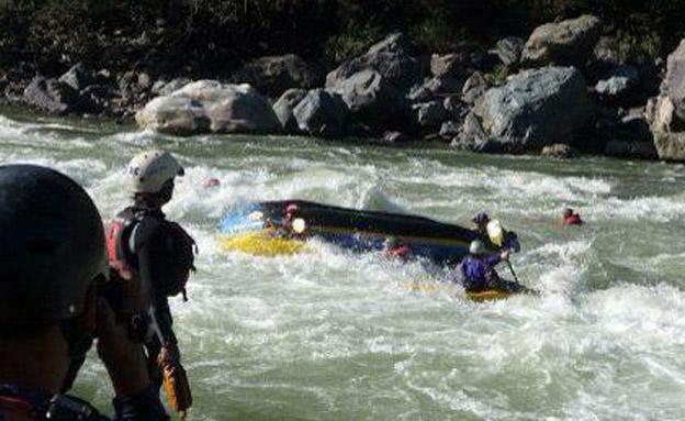 הסירה ההפוכה בנהר אפורימאק (צילום: באדיבות המצולם)
